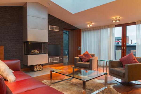 plaša dzīvojamā istaba ar sarkanu dīvānu