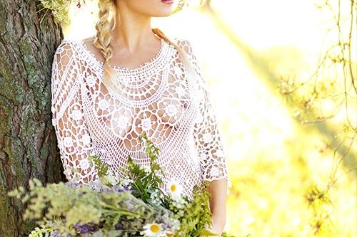 sieviete baltā mežģīņu kleitā dabā