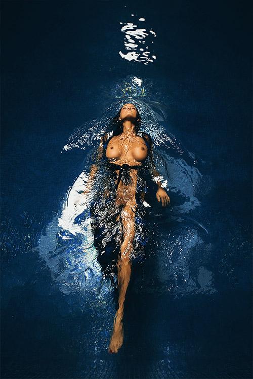 erotiska sievietes pelde baseinā