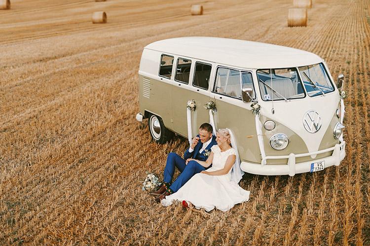 jaunais pāris pie busiņa dabā