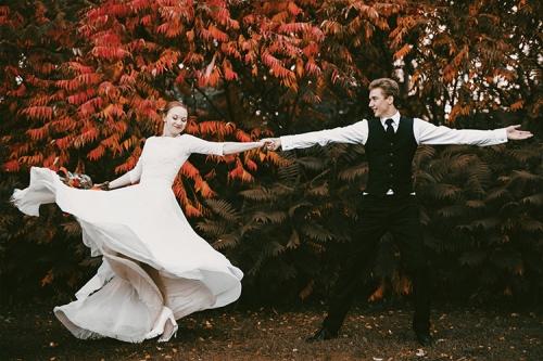 rudenīga deja baltā kleitā