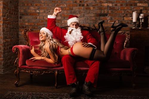 nerātns Santa Klauss uz dīvāna