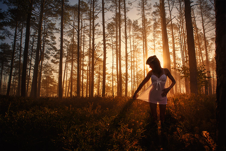 meitene baltā naktskreklā mežā
