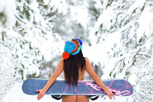 snovbordiste ziemā bez apģērba