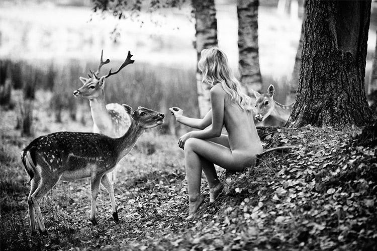 plika sieviete ar meža dzīvniekiem