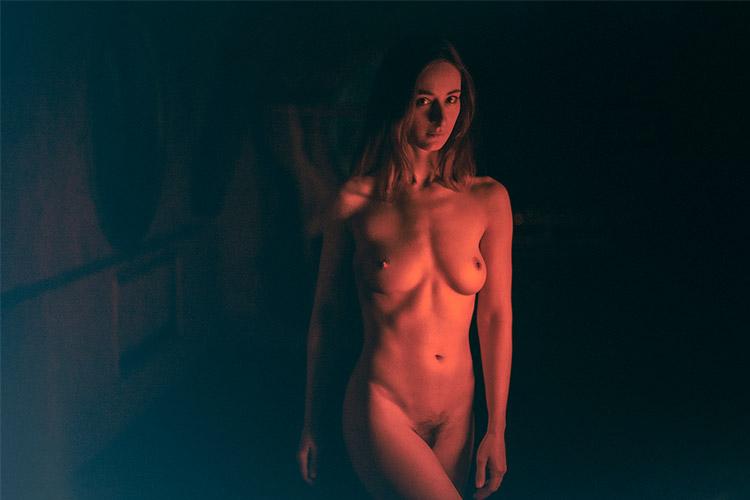 kaila sieviete sarkanā gaismā