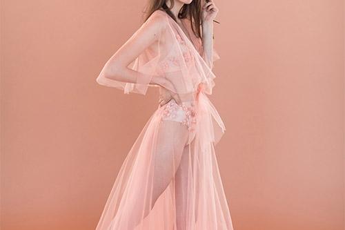 sieviete rozā tilla kleitā