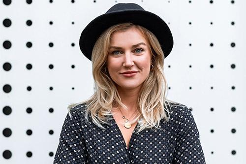 sieviete ar melnu cepuri uz punktaina fona