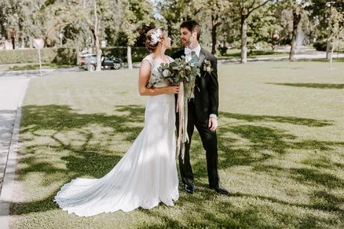kāzu foto zālienā