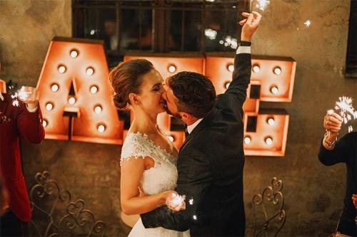 skūpsts kāzu svinībās