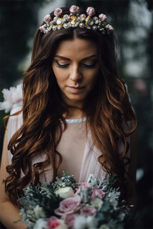 līgava ar pērļotu vainagu