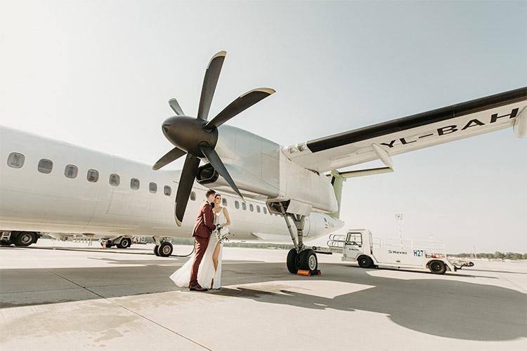 kāzu fotogrāfija pie lidmašīnas