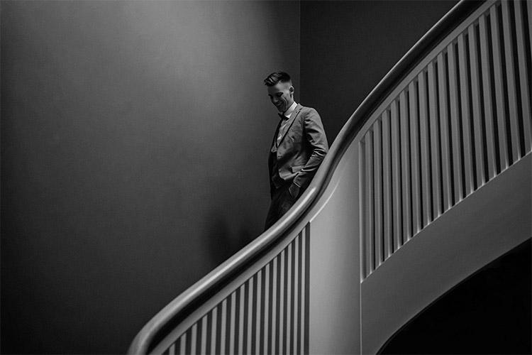 vīrietis uzvalkā uz trepēm