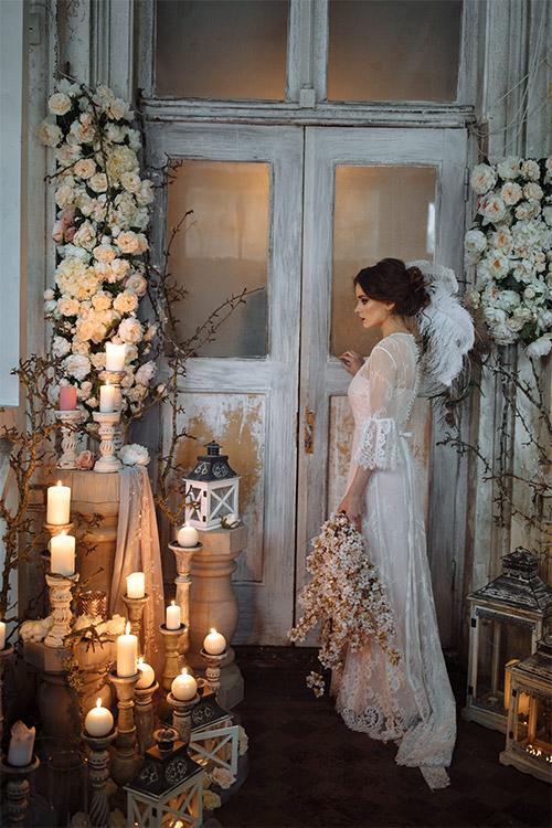 brunete baltā mežģīņu kleitā