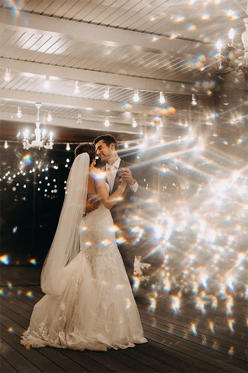 maģiska deja spuldžu gaismās