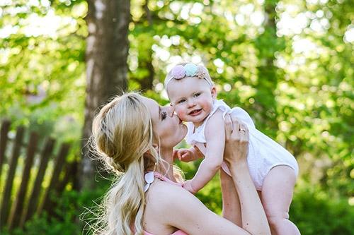 māmiņa pacēlusi rokās mazuli