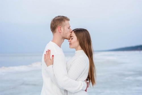 baltos džemperos jūras piekrastē