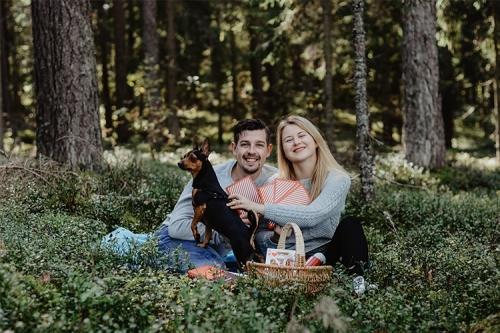 pikniks mežā ar sunīti