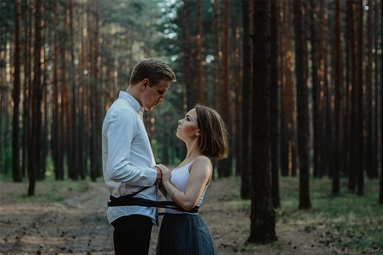 sieviete ar vīrieti savīti kopā