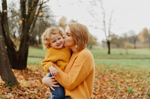 māte ar bērniņu rudenīgās noskaņās