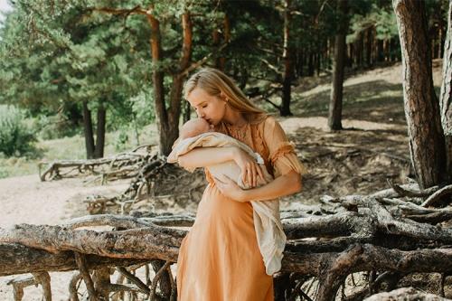 sieviete gaidībās ar bērniņu dabā