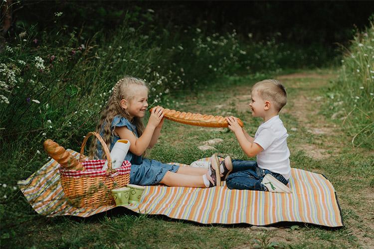 brālis ar māsu piknikā