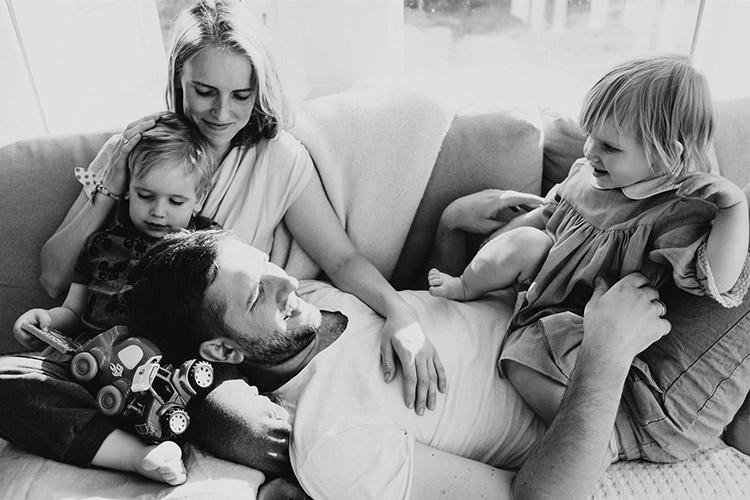 ģimenīte bildējas uz dīvāna