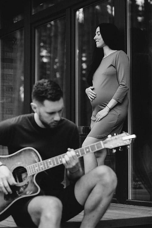 topošais tētis spēlē ģitāru saviem tuvajiem