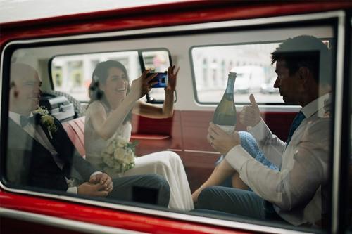 kāzu bilde limuzīnā