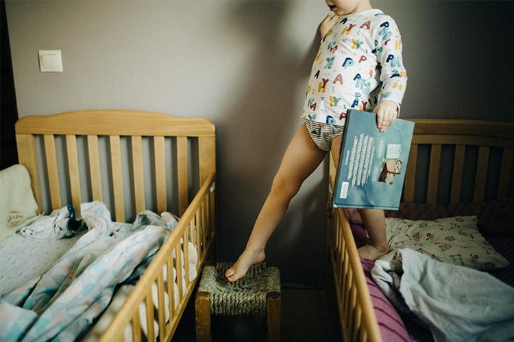 bērniņš taisās uz miegu