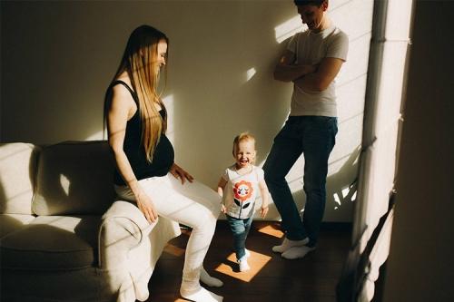 ģimeniska bilde mājās