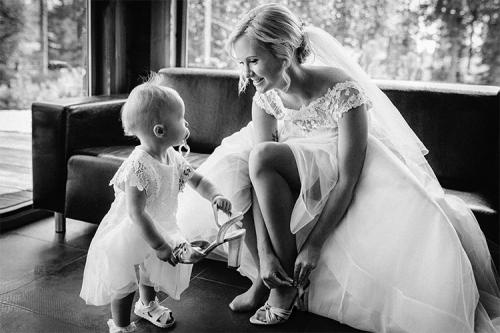 bērniņš palīdz uzvilkt līgavai kurpes