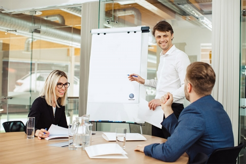 vīrietis prezentē ideju kolēģiem