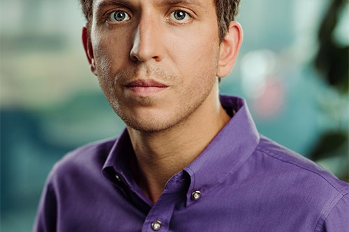 vīrieša portrets ar violetu kreklu