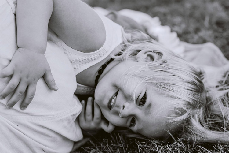 laimīga meitenīe ar gaišiem matiem