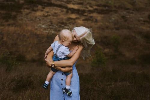 māte ar dēlu pie dabas