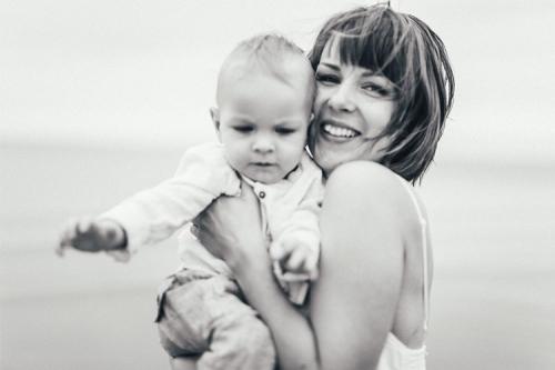 māmiņa un bērniņš pie jūras