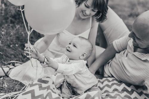 melnbalts attēls ar puisīti un baloniem