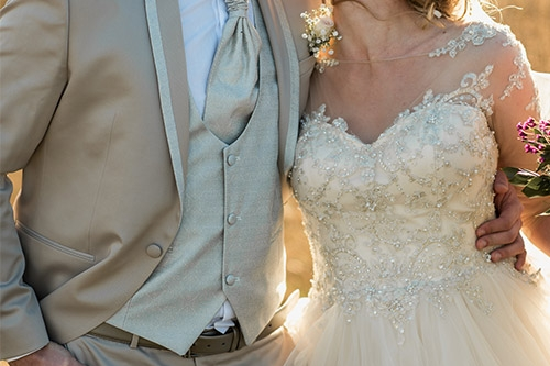 kāzu skūpsts labības laukā