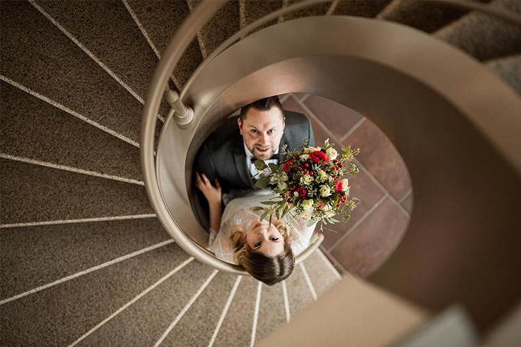 oriģināla kāzu bilde trepēs