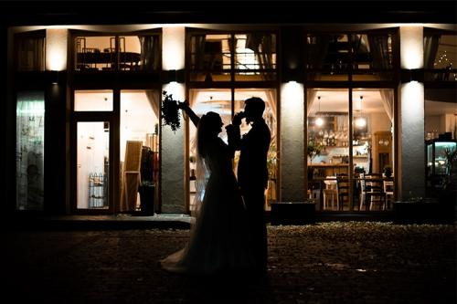 kāzu fotogrāfija tumsā