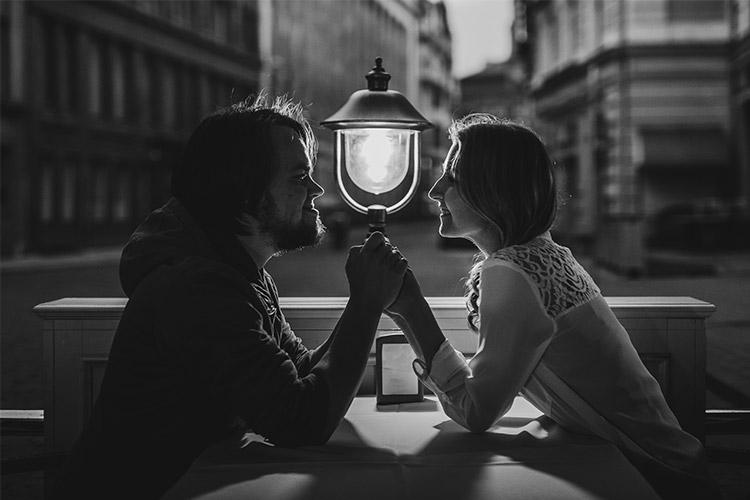melnbalta bilde ar vīrieti un sievieti kafejnīcā