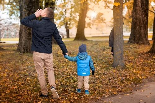 tēvs ar dēlu rudenī