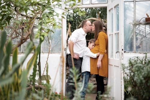 mīļumbilde pie siltumnīcas durvīm
