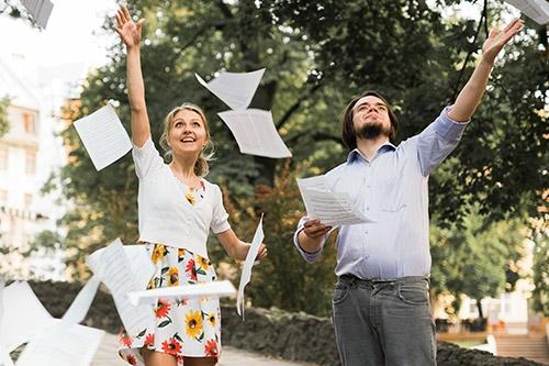 pāris sviež papīra lapas gaisā