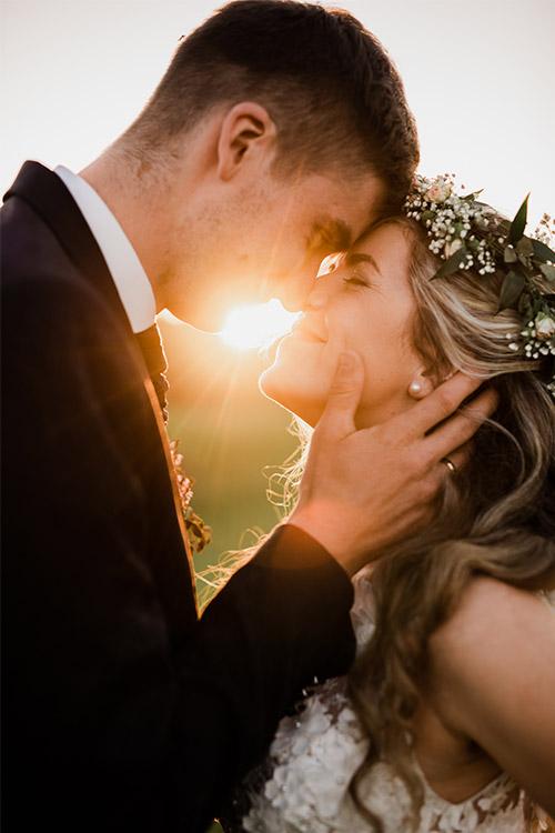 mīļa kāzu bilde ar saules stariem