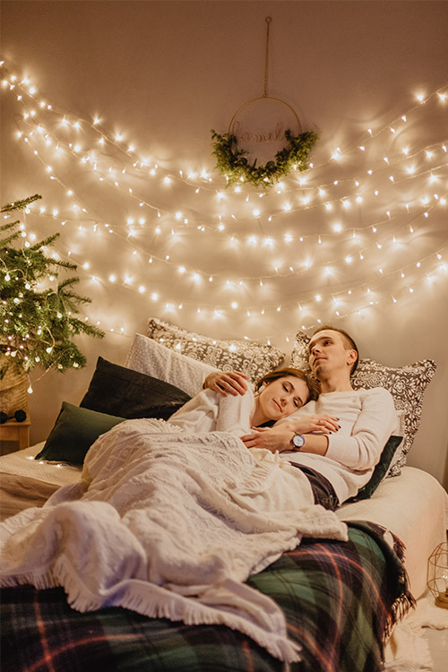 divatā gultā Ziemassvētku noskaņās