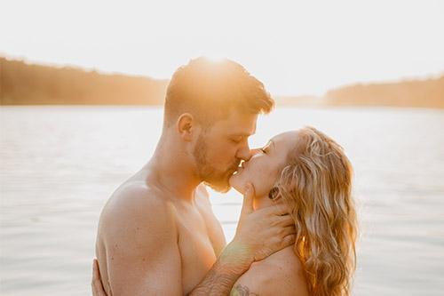 pāris skūpstās ezerā