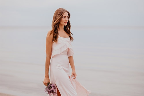 skaista sieviete pie jūras