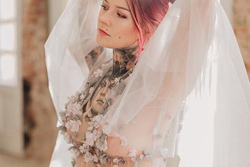 erotiska meitenes bilde ar auduma ziediem